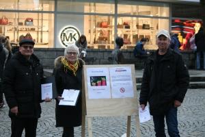 Stavanger Stopp NATO på stand. Fra venstre: Dagbjørn Skipnes, Margaret Sanner og Steinar Eraker. Foto: Henrik Hjelle